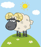 Gulligt svart huvud Ram Sheep Cartoon Character On en kulle royaltyfri illustrationer