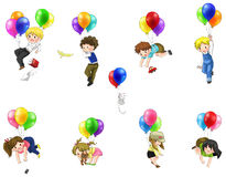 Gulligt tecknad filmfolk och barn som svävar i himlen med ballongen Arkivfoto