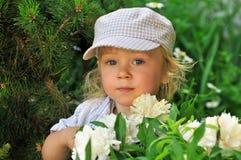 gulligt trädgårds- leka för pojke arkivfoto