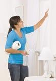 gulligt tvättande fönster för brunett Royaltyfri Bild
