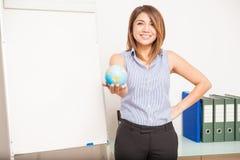 Gulligt undervisande engelska för ung kvinna Arkivbild