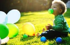 gulligt utomhus- för pojke Arkivbild