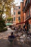 Gulligt Venetian kafé. arkivbild