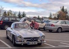 Gullwing legendario Mercedes 300 sportcars del SL a un estacionamiento del camino Fotos de archivo