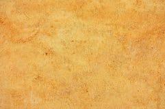 Gulna den kulöra betongväggen, nedfläckat texturerat Arkivbild