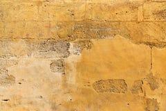 Gulna den kulöra betongväggen, nedfläckat texturerat Royaltyfria Foton