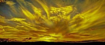 Gulna det kulöra cirrusmolnmolnet, kust- solnedgångseascape arkivfoton