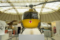 Gulna flygambulansen som är utsatt i det Technisches museet, Wien, Österrike arkivfoton