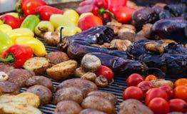 Gulna, göra grön spanska peppar, potatisar, champinjoner, tomater och aubergine som grillas till guld- brunt, rött Royaltyfri Fotografi