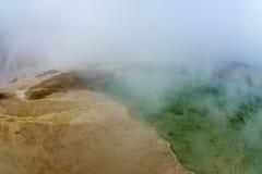 Gulna jordning och göra grön vatten på vulkan i Rupite, Bulgarien Royaltyfria Bilder