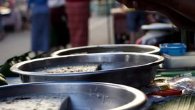 A guloseima local doce de Mae Hong Son fez do leite e do açúcar mascavado de coco que estão sendo vendidos e servidos em um merca filme