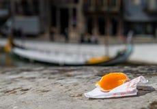 A guloseima portuguesa chamou toupeiras de Ovos feitas das gemas e do a??car no fundo do canal de ?gua na cidade de Aveiro fotos de stock