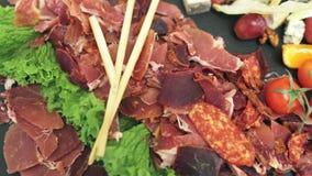 Guloseimas da carne, decoradas com uma placa Fundo do alimento vídeos de arquivo