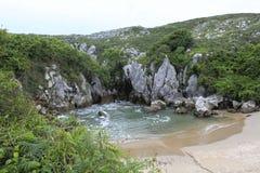 Gulpiyuri strand som en naturlig pöl i Asturias Arkivfoto