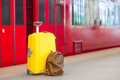 Gult bagage med pass och den bruna ryggsäcken Royaltyfria Bilder
