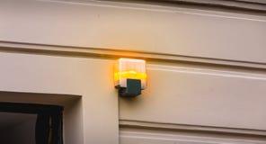 Gult blinkande ljus på utgången av en parkeringsplats arkivfoton