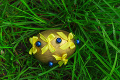 Gult easter ägg med pilbågar Arkivfoto