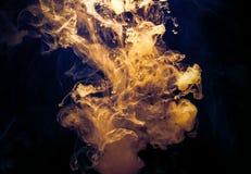 Gult färgpulver i vatten royaltyfri bild