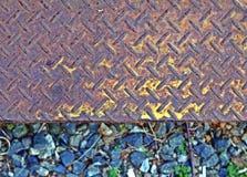Gult för bästa sikt för stålgolv gammalt, rostat Botten av stenar golvet är olik, bakgrunden, etiketten arkivbild