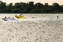 Gult fartyg på sjön Royaltyfri Foto