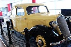 Gult gammalt, tappning, retro bil royaltyfri bild