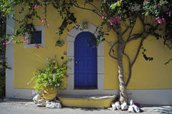 Gult hus Fotografering för Bildbyråer