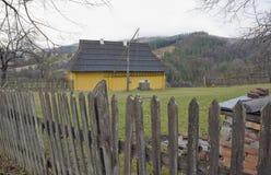 Gult hus i landet. Royaltyfria Foton