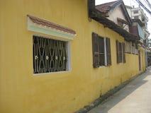 Gult hus i staden av Hoi An, Vietnam royaltyfria bilder