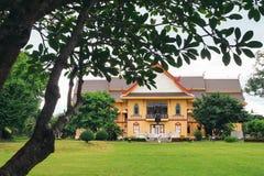 Gult hus i trädgården Royaltyfri Bild