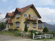 Gult hus på berget Royaltyfri Bild