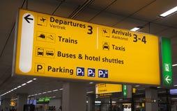 Gult informationstecken om flygplats arkivbild