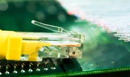Gult internetströmbrytareslut upp makroskott på datorbräde Arkivfoto