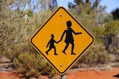 Gult korsa för folk undertecknar in vildmark Australien Royaltyfria Bilder