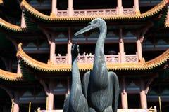 Gult krantorn i den Wuhan staden Arkivbild