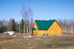 Gult landshus i tidig fjäderliggande Arkivbild