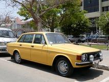 Gult mintkaramellvillkor Volvo 144 De som är luxe i Lima Arkivbild