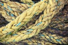 Gult nautiskt rep, närbildbakgrundstextur arkivbilder