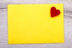 Gult papper och hjärta arkivfoton