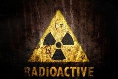 Gult radioaktivt symbol för fara för joniseringsutstrålning med radioaktivt för ord som målas nedanför tecknet Royaltyfri Foto