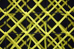 Gult rep som binds till ett svart stålgaller Arkivfoton