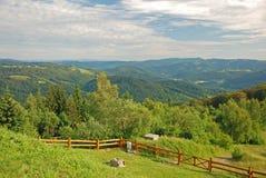 Gult staket i bergen Arkivbild