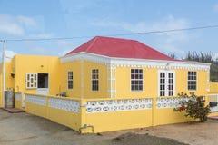 Gult stuckaturhus med taket för röd tegelplatta Arkivbilder