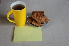 Gult te rånar, kakor på en träbakgrund arkivbilder