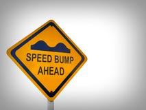 Gult tecken för trafik för hastighetsbula, på en vit bakgrund royaltyfria bilder