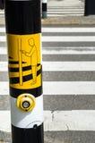 Gult tecken på en fot- trafikljus Arkivfoton
