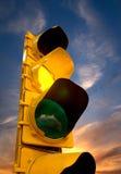 Gult trafikljus Arkivbild