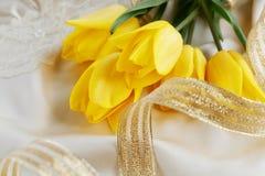 Gult tulpan-, doft- och guldband Fotografering för Bildbyråer