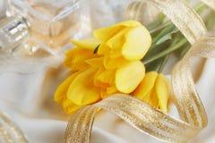 Gult tulpan-, doft- och guldband Royaltyfri Bild
