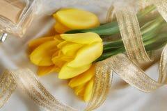 Gult tulpan-, doft- och guldband Royaltyfri Fotografi