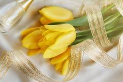 Gult tulpan-, doft- och guldband Royaltyfria Bilder